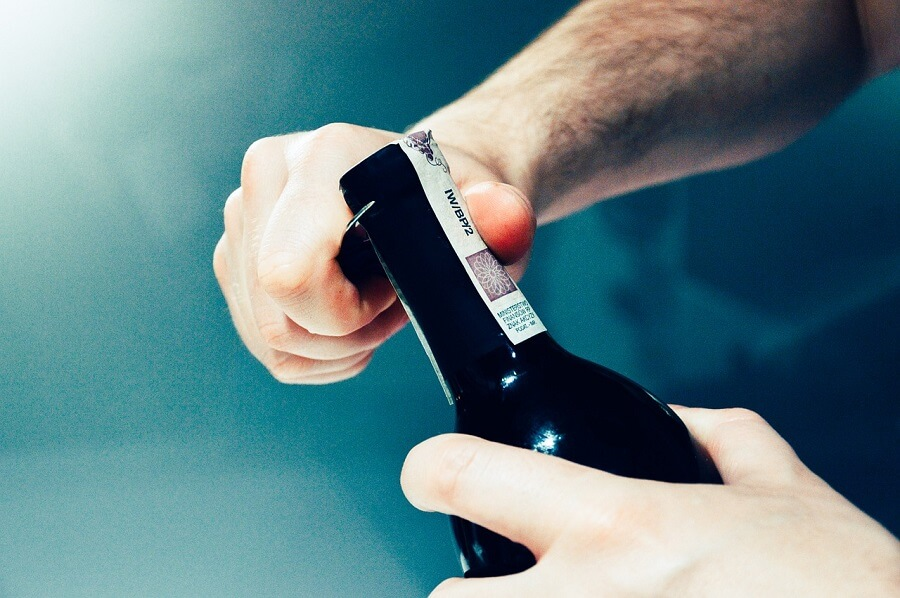 öppna ett fint importerat vin